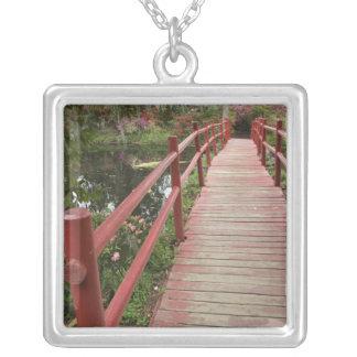 池、マグノリアのプランテーション上の赤い橋、 シルバープレートネックレス