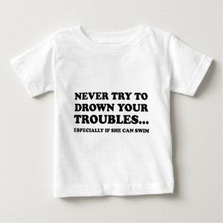 決してあなたの悩みを浸すことを試みないで下さい ベビーTシャツ
