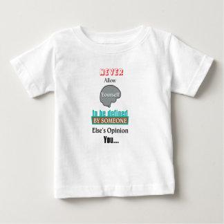 決してあなた自身を誰か他の人によって定義されることを許可しないで下さい ベビーTシャツ