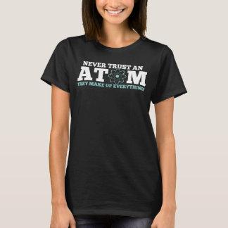 決してそれらがすべてを構成する原子を信頼しないで下さい Tシャツ