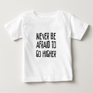 決してより高く行くこと恐れていないで下さいあないで下さい ベビーTシャツ