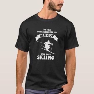 決してスキーをすることを愛する老人を過少見積りしないで下さい Tシャツ