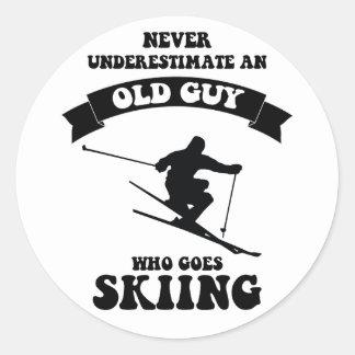 決してスキーをすることを行く古い人を過少見積りしないで下さい ラウンドシール