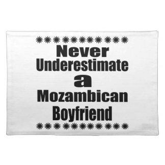 決してモザンビークのボーイフレンドを過少見積りしないで下さい ランチョンマット
