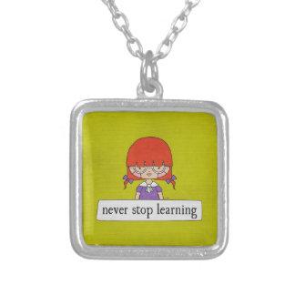 決してリンダTieuのネックレスによって学ぶことを止めないで下さい シルバープレートネックレス