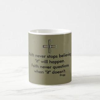 決して信頼のコーヒー・マグw/Steelの十字 コーヒーマグカップ