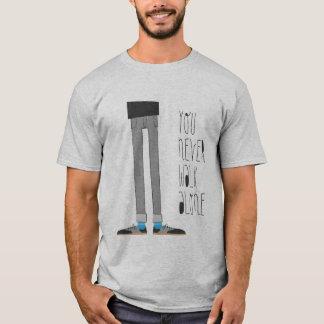 決して単独で歩きません(灰灰色) Tシャツ