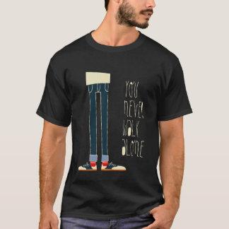 決して単独で歩きません(黒) Tシャツ