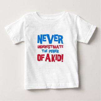 決して子供の力を過少見積りしないで下さい ベビーTシャツ