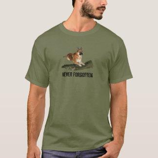 決して忘れられる軍のTシャツに名誉を与えます Tシャツ