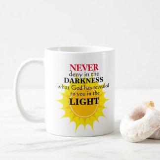 決して暗闇で否定しないで下さい コーヒーマグカップ