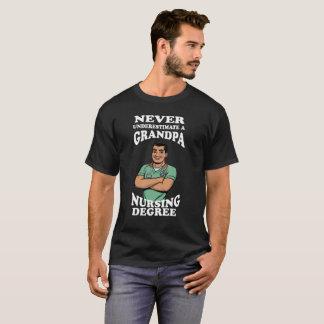 決して祖父の看護程度を過少見積りしないで下さい Tシャツ
