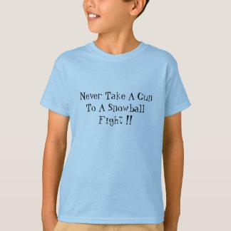 決して雪玉の戦いに銃を持って行かないで下さい!! Tシャツ