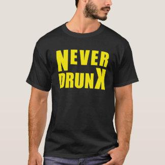 決して飲まれる Tシャツ