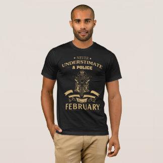 決してUnderstimateの警察は2月に生まれません Tシャツ