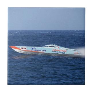 沖合いのパワーボートのレーサー タイル