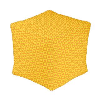 沢山のハートの黄色およびオレンジ プーフ