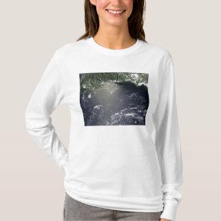 油の漏出の衛星眺め Tシャツ