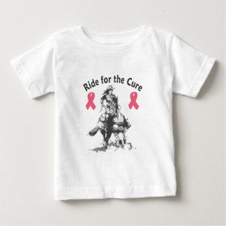 治療のための乗車-ピンクのリボン ベビーTシャツ