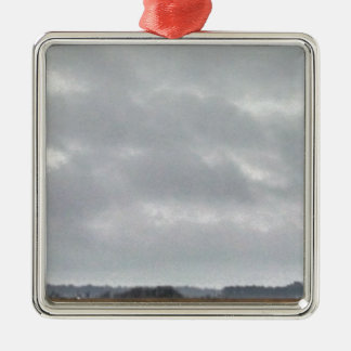 沼地の上の灰色の雲 メタルオーナメント