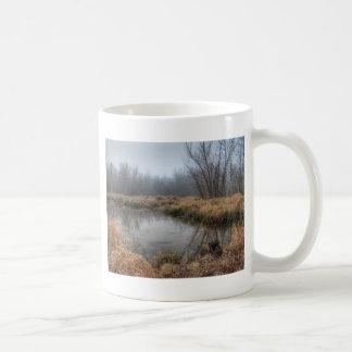 沼地の霧深い朝 コーヒーマグカップ