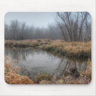 沼地の霧深い朝 マウスパッド