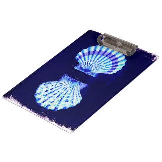 沿岸シックなビーチの素朴で航海ので青い貝殻