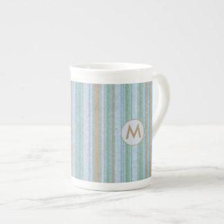 沿岸青および砂のストライプなモノグラム ボーンチャイナカップ