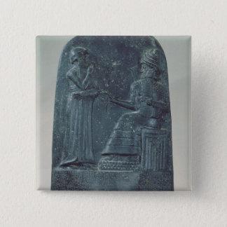 法律を定めている神Shamashのレリーフ、浮き彫りの姿 5.1cm 正方形バッジ