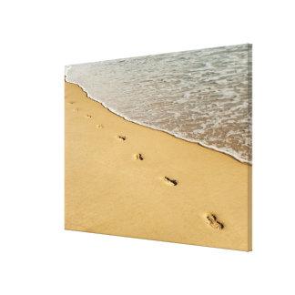 波が付いている砂の足のプリント キャンバスプリント