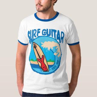 波のギター: サーフボードの赤いギター。 一掃して下さい! Tシャツ