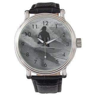 波のグレースケールのサーフ 腕時計