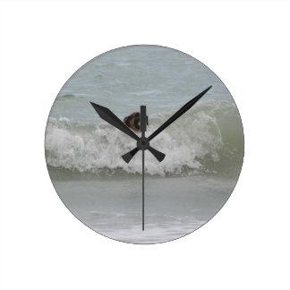 波のジャーマン・シェパードの水泳 ラウンド壁時計