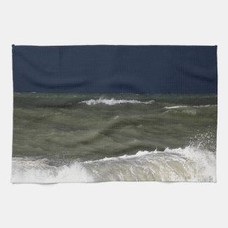 波のundが付いている嵐の海濃紺の空 キッチンタオル