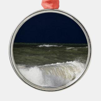 波のundが付いている嵐の海濃紺の空 メタルオーナメント