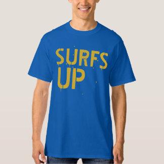波はサーファーの男のワイシャツを持ち上げます Tシャツ