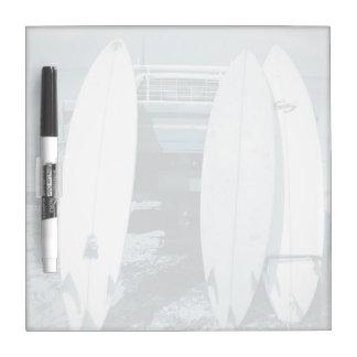 波は3杯のサーフボード青いサーフボードのサーフィンを震えさせます ホワイトボード