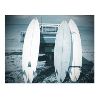 波は3杯のサーフボード青いサーフボードのサーフィンを震えさせます ポストカード
