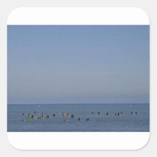 波を待っているサーファー スクエアシール