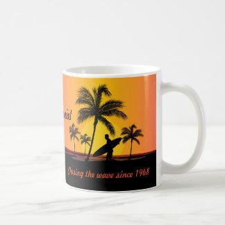 波を追跡する名前入りなサーファーのサーフィン コーヒーマグカップ