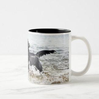波を通る黒いラブラドル・レトリーバー犬のランニング、 ツートーンマグカップ