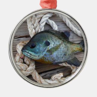 波止場およびロープのブルーギルの魚 メタルオーナメント