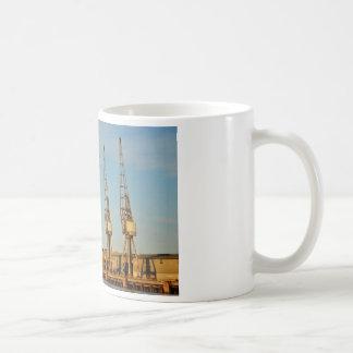 波止場のクレーン コーヒーマグカップ