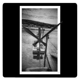 波止場のBoothbay港の正方形の柱時計 スクエア壁時計