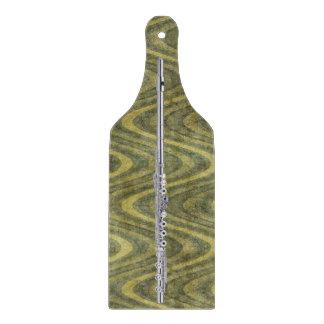 波状の緑のストライプのな背景の銀製のフルート カッティングボード