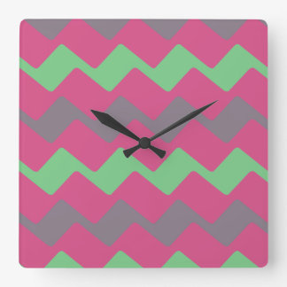 波状カラフルな都市シェブロンは縞で飾ります スクエア壁時計