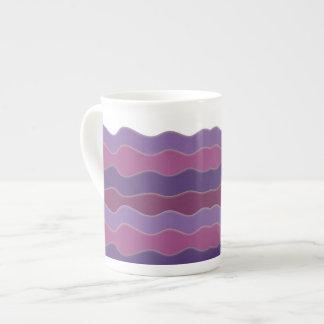 波状ライン紫色の骨灰磁器のマグ ボーンチャイナカップ