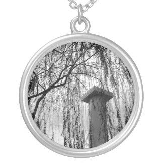 泣く木の白黒写真の下のコラム シルバープレートネックレス