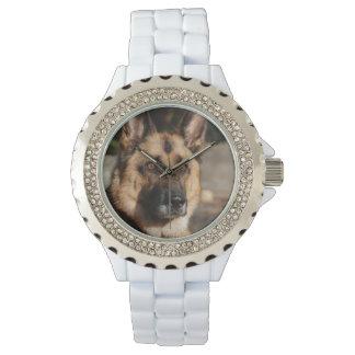 注意深いジャーマン・シェパード 腕時計