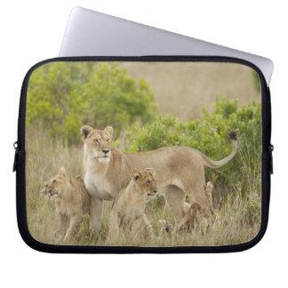 注意深い幼いこどもを持つアフリカのライオンの大人女性 ラップトップスリーブ